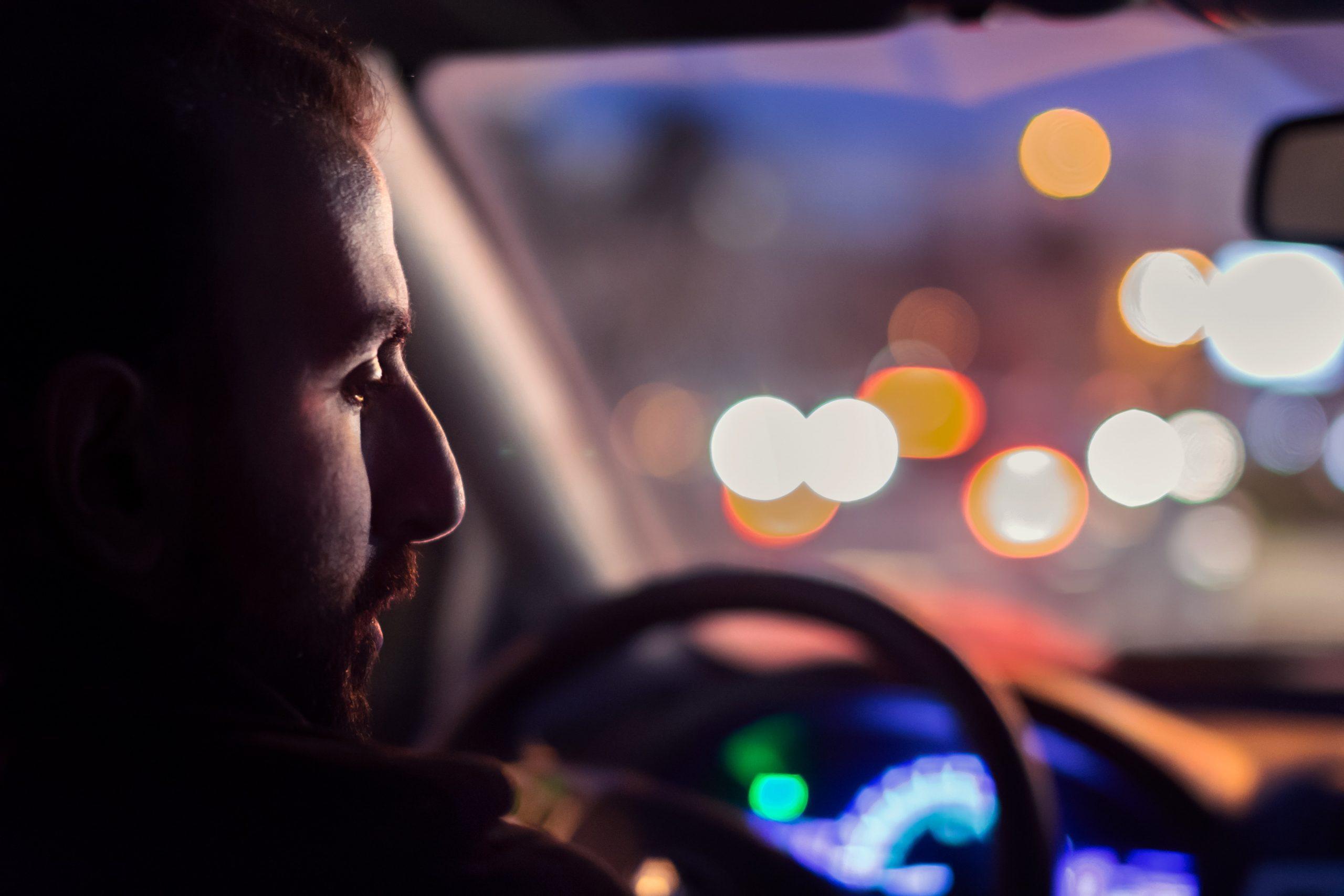 praten tegen auto - man in de nacht